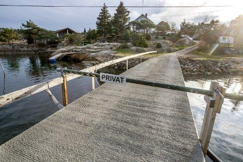 PRIVAT: Brua over til Bukkholmen er privat og var ferdig i 1964. Kommunen vil at kyststien skal gå over her.