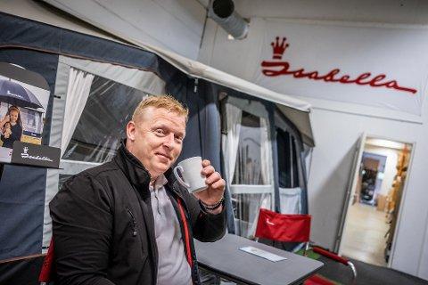 SELGER BRA: Haldenseren Geir Holmen Andersen er daglig leder ved Norsk Isabella. Her slapper han av foran et lufttelt, som er et populært produkt blant norske campere.