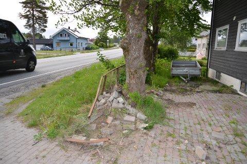 Bilen har kommet kjørende i retning fra Sekkelsten mot sentrum. Så skar den inn i gjerdet i Askimveien 919.