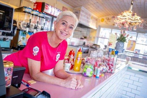 Driver Elisabeth Navestad Mikalsen var lykkelig over å høre at flest synes ISI Bar på Høysand har best softis.