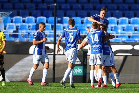 Sarpsborg 08-spillerne kunne juble for sesongens første hjemmeseier etter 1-0-triumf mot Start på Sarpsborg stadion. Her jubler sarpingene etter Jonathan Lindseths scoring etter åtte minutter i 1. omgang. (Foto: Thomas Andersen)