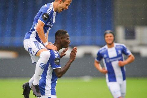 Sarpsborg 08-gutta kunne juble for 2-0-seier og tre poeng hjemme mot Odd søndag. Her jubler Ismael Coulibaly sammen med Nicolai Næss etter Coulibalys 1-0-scoring i 2. omgang. (Foto: Thomas Andersen)