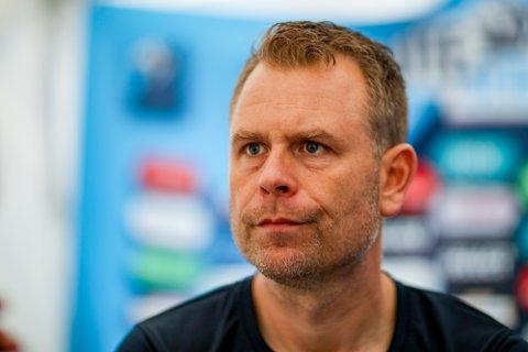 SER FOR SEG EN TØFF KAMP: Sarpsborg 08-trener Mikael Stahre venter en tøff kamp mot Viking i Stavanger.