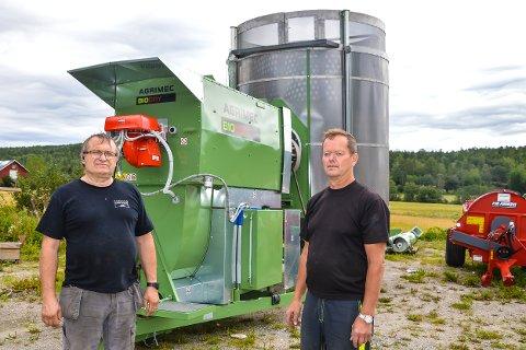 KORNTØRKER:   Det er ikke få korntørker Borg Maskin Per Ludvig Spydevold (t.v.)  har solgt til bønder i Norge og Sverige.  Har sammen Knut Olav Holmen som har halv stilling i firmaet.