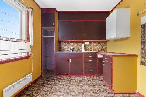 Kjøkkenet i boligen på Kamboveien 16 har stått urørt siden byggeår i 1960. Det er også antatt at badet i huset er fra samme år, står det i boligannonsen. Den gule fargen på veggene og den røde fargen på vinduskarmen og på kjøkkenet er en gjenganger i huset.