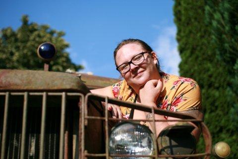 UNGE KVINNER: Anne-Belinda Hjelteig (30) fra Eidet har en hobby hun deler med få andre unge kvinner. I mange år har hun hatt stor interesse for historiske militære kjøretøy.