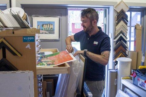 Simen Dørje er daglig leder for Soli Brug i Sarpsborg. Han er glad for å ha Axel Vindenes i stallen sin og er fornøyd med at så mange liker kunsten hans og kjøper den.