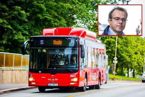 IKKE FORSVARLIG: Leder av Utdanningsforbundet Sarpsborg, Knut Olav Farbrot mener regjeringen må ta grep for å hindre proppfulle busser slik at Østfold kollektivtrafikk kan gi skolelever et forsvarlig busstilbud.