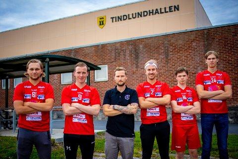 NYKOMMERE: Greåkers nye hovedtrener Kenneth Skistad (midten) har fått flere spennende nye spillere før denne sesongen.,