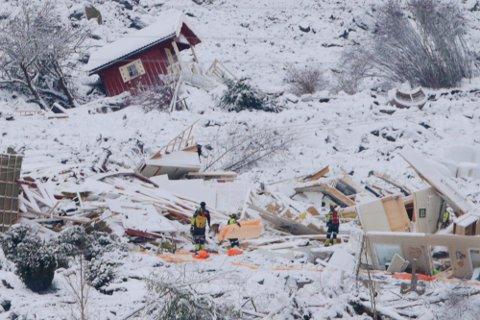Redningsmannskaper arbeider fredag i skredområdet der et stort jordskred gikk ved Ask i Gjerdrum kommune onsdag. Flere boliger er tatt av skredet og 10 personer er savnet. Over 1000 personer i området er evakuert.