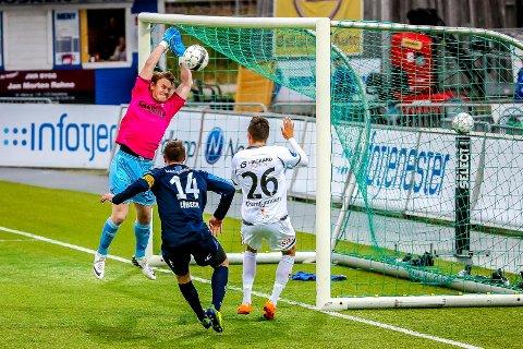 NY KLUBB: Pål Stensholt er tilbake i Borgar. Dette bildet er fra kamp i cupen mellom Follo og Sarpsborg 08 i 2014 der han tar ballen foran Martin Thømt Jensen.