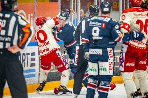 Både Sparta-spiller Emil Martinsen Lilleberg og Stjernens Brett Thompson er ilagt to kampers karantene etter slåsskamp og matchstraff i lokaloppgjøret i Sarpsborg onsdag. (Foto: Thomas Andersen)