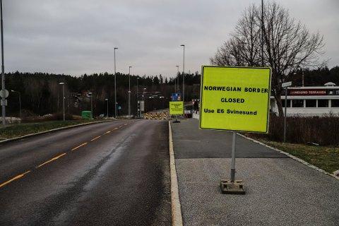 STENGT: Den gamle Svinesundbrua er en av mange grenseoverganger som ble stengt 2. januar for at myndighetene skal få bedre kontroll på importsmitte og testing av innreisende til Norge. En kvinne fikk advarsel da hun torsdag gikk over broa for å handle.