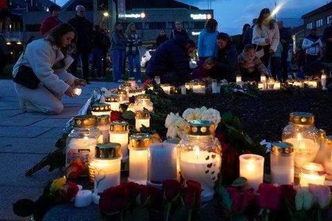 Mange legger ned blomster og tenner lys på Stortorvet i Kongsberg torsdag for å hedret de døde, etter at en mann drepte fem personer i byen onsdag kveld.