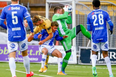 Bodø/Glimts Erik Botheim mot Sarpsborgs keeper Anders Kristiansen under eliteseriekampen i fotball mellom Bodø/Glimt og Sarpsborg 08 på Aspmyra stadion.
