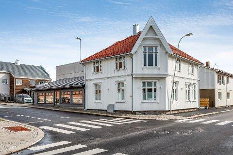 SKAL SELGES: Denne sentrumseiendommen i Kirkegata er til salgs med en prisantydning på 13 millioner kroner.