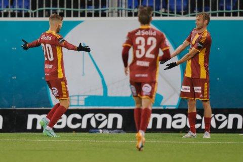Jonathan Lindseth (t.h.) ble dagens mann for Sarpsborg 08 med hat-trick da sarpingene vant 3-1 borte mot medaljejagende Kristiansund søndag. Her feirer han 3-0-scoringen sammen med Anton Salétros og Eirik Wichne. (Foto: Svein Ove Ekornesvåg / NTB)