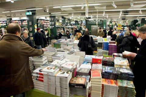 SJEKK PRISEN: Det er storsalg på bøker fra 15. februar og du kan gjøre mange kjøp. Men en del av prisene er ikke spesielt lave, viser Nettavisens sjekk.