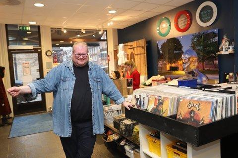 Rørt: Patrick Skramstad, innehaver av Retro Vinyl, butikklokalet ved Torget. Nå er det startet en Spleis-aksjon for å hjelpe ham med videre drift av butikken.