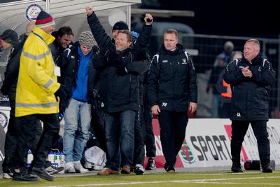 SEIER'N ER VÅR: Svein-Erik Edvartsen har blåst av kampen, og Sarpsborg 08 har slått Molde 3-0 i seriedebuten i eliteserien. Roar Johansen, Martin Wiig (bak), Tommy Haglund, Cato Klaussen og de andre på Sarpsborg 08-benken slipper jubelen løs. I dag er det ti år siden matchen.