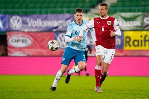 Jørgen Strand Larsen (t.v.) i aksjon for Norge mot Østerrike i fjor høst.
