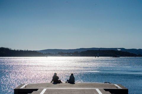Oslofolk er blant dem som kan glede seg til mer fint vårvær den kommende uka, sier meteorolog til Dagbladet. Her på Honnørbrygga foran Rådhuset i Oslo torsdag.