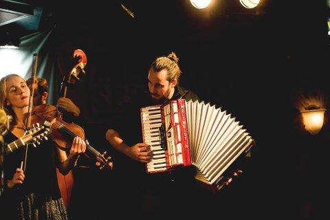 Høyt oppe: Hayde Bluegrass Orchestra og Sjur Marqvardsen, kjent fra lokale teaterproduksjoner som «Olav den Hellige», ligger helt oppe på en fjerdeplass på den amerikanske Billboard-listen for blugrassalbum.