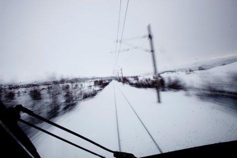 Skiløpere glemmer ofte at det ikke er greit å krysse jernbanen, forteller Bane Nor. Dette bildet er tatt på Bergensbanen mellom Finse mot Haugastøl.