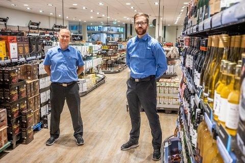 ÅPNINGSTIDER: Husker du åpningstidene i påsken? Vi gir deg oversikten. Her butikksjefene Svend Persson (t.v.) og Thomas Karlsen ved henholdsvis på Vinmonopolet i Storbyen og Amfi Borg.