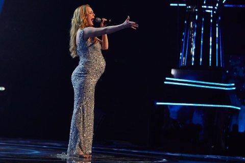 Nadia Eide overrasket mentorpanelet med sin versjon av Queen «The Show Must Go On» lørdag kveld. Det sikret henne avansement i den britiske talentkonkurransen «The Voice»