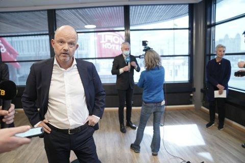 NHO-leder Ole Erik Almlid etter pressekonferansen om løsning i tariffoppgjøret. Det blir ingen storstreik etter at LO, YS og NHO kom til enighet i meklingen søndag.