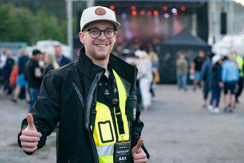 FORNØYD: Festivalsjef Martin Kristiansen gleder seg til en utsolgt festival i Ullerøy andre helgen i juni. Han har likevel en advarsel til folk.