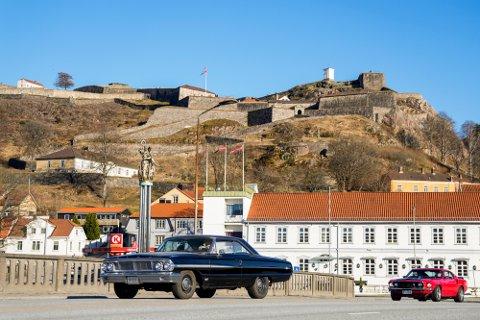 En bil kjører over bybrua i Halden under Fredriksten festning. I årevis har flere hundre rånere dratt over grensen til Strømstad på rånetreff skjærtorsdag, men på grunn av pandemien er situasjonen annerledes i år.
