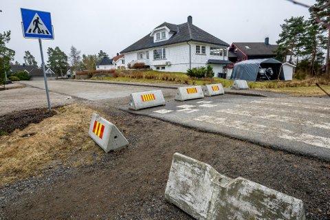 FORTSATT STENGT: Karjolveien på Fjelldal og Surfellingen vil bli midlertidig stengt fram til senvinteren-våren 2022 når den endelige avgjørelsen skal tas om veien skal bli permanent stengt eller åpnes igjen.