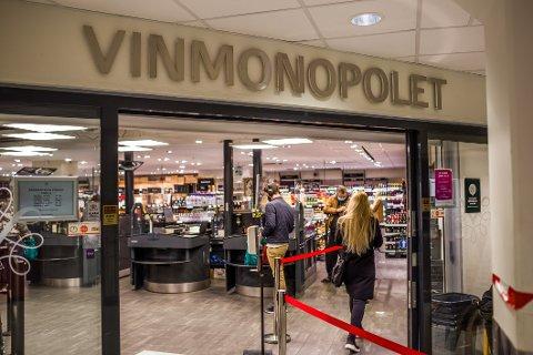 Vinmonopolet i Nedre Glomma har opplevd en enorm pågang fra kundene i koronaåret.