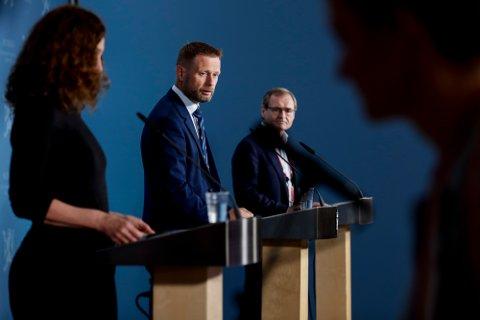 Direktør i Folkehelseinstituttet Camilla Stoltenberg, helse- og omsorgsminister Bent Høie (H) og Lars Vorland under en pressekonferanse der regjeringen mottok en rapport om bruk av AstraZeneca og Janssen-vaksinene i Norge.