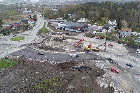 ANLEGGSARBEID: Her er det etablert en midlertidig rundkjøring på østsiden av E6 på Årum.