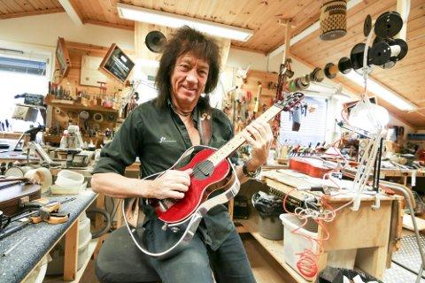 Øivin Fjeld i sitt mekka- gitarverkstedet på Rolvsøy. Her med Giss-gitaren som har gitt ham berømmelse i gitarkretser verden over.