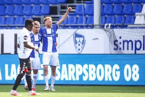 SCORING: Sarpsborg 08s Jonathan Lindseth (t.h.) jubler sammen med Mohamed Ofkir etter  at han gjorde 1-0 i treningskampen mot Odd.