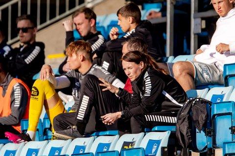 På jobb: Lusie Rodgers Holte her på tribunen med innbytterne under kampen mot Kristiansund.