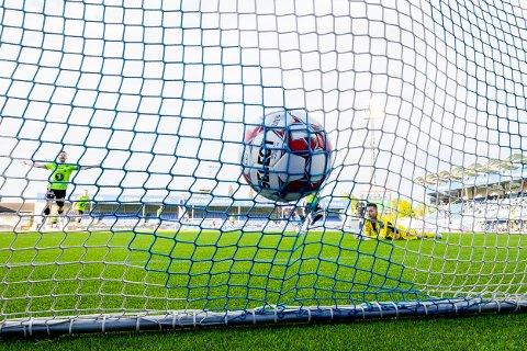Sarpsborg 08-keeper Anders Kristiansen må se at ballen ender opp i nettet etter KBK-spiller Sander Kartums flotte avslutning i det 76. minutt i torsdagens match på Sarpsborg stadion. Målet ble det eneste i oppgjøret, og dermed var det Kristiansund som gikk seirende ut av denne eliteserieduellen mot Sarpsborg 08 med 1-0. (Foto: Thomas Andersen)