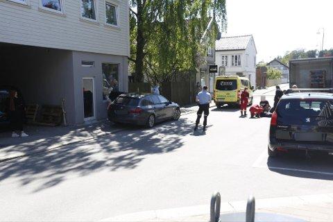 En mann ble tatt med for sjekk etter å ha falt ned fra en lasterampe på en lastebil i Rosenkrantz' gate fredag ettermiddag.