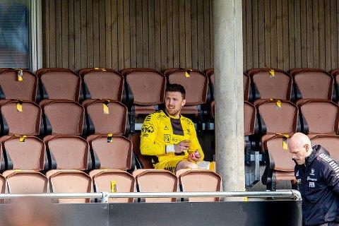 SKADET: Anders Kristiansen måtte ute med skade i kampen mot Mjøndalen. Her sitter han skadet og skuffet på tribunen.