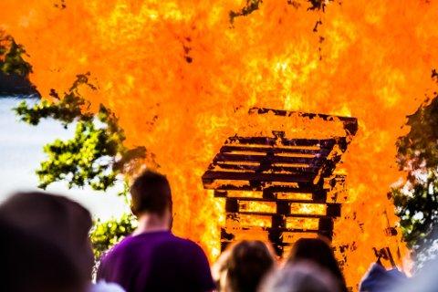 Sarpsborg brannvesen har en rekke gode råd til folk som har planer om å brenne St. Hans-bål. Dette bildet er fra en tidligere St. Hans-feiring i Landeparken.