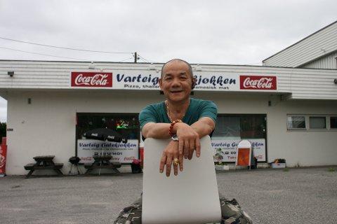Vietnameseren i Varteig takker for seg: Etter ti års drift er nå Dang Van Bui klar for en ny tilværelse som pensjonist. Nå er jobben i gang med å finne nye eiere til det lokale gatekjøkkenet.
