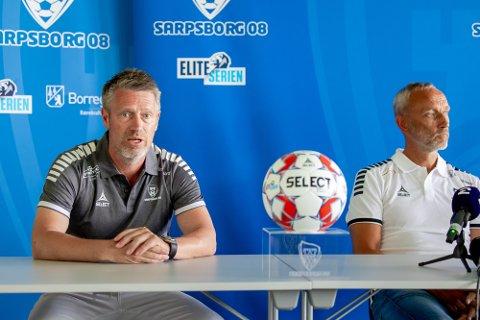 NY TRENER: Etter noen hektiske dager for sportssjef Thomas Berntsen (t.v.) ble Lars Bohinen presentert som Sarpsborg 08s nye trener på en pressekonferanse søndag.