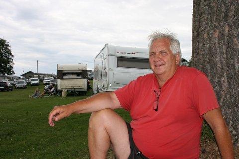 MERKBAR PÅGANG: Erik Samuelsen (64) er nestleder i feriehjemstyret ved Borregaardsarbeidernes Feriehjem. Her sitter han ved de to døgnplassene ved den populære badestranden.