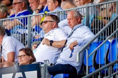 MISFORNØYD LEDELSE: Espen Engebretsen forteller til SA tirsdag at de ser etter å forsterke laget med opp til tre nye spillere. Her fra en tidligere kamp sammen med styreleder Hans Petter Arnesen.