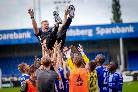 HYLLET: Ole-Martin Ellingsen ble takket og hyllet av spillerne etter kampen mot Molde søndag på sin siste arbeidsdag i klubben..