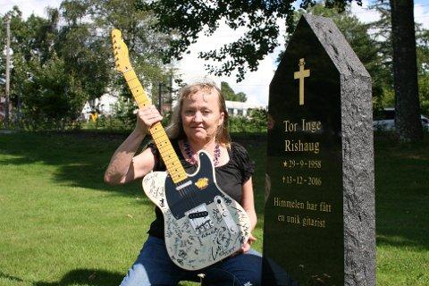ENDELIG KOMMER DEN TIL SIN RETT: Tidligere samboer Marianne Hartvigsen har i en årrekke hatt gitaren hjemme i sin egen stue. Nå skal gitaren auksjoneres bort til fordel for Leger Uten Grenser.